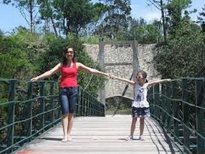 Khách du lịch thên thang trên Cầu Treo