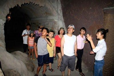 Du khách tham quan hầm rượu