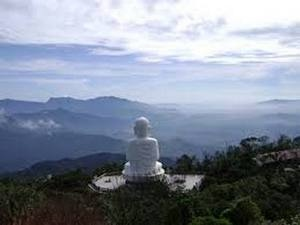 Tượng Phật nhìn từ phía sau